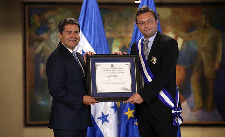 Presidente condecora al embajador de la UE
