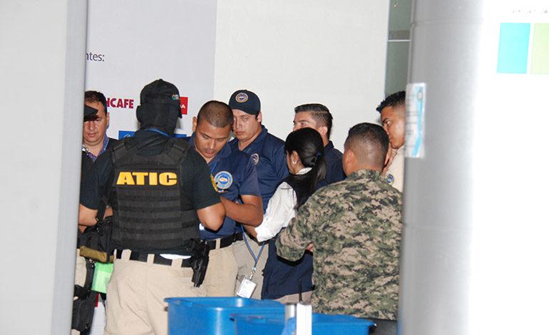 Militares, policías, agentes migratorios, la seguridad aeroportuaria y nadie se percató de la entrada de la pareja.