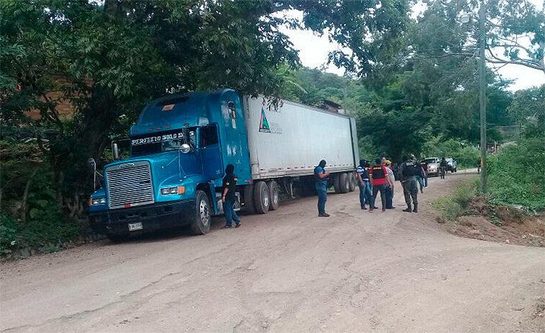 Abandonan furgón a nombre de Jorge Barralaga