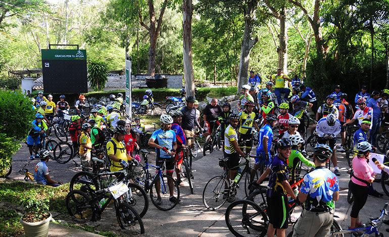 """Deportistas realizan """"Roll"""" de Conciencia al Ciclista en Tegucigalpa"""