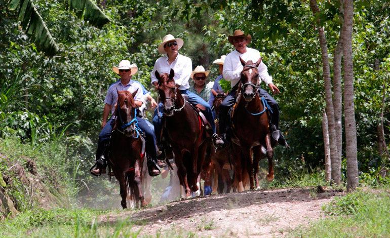 Empresarios y líderes cabalgan para recaudar fondos de campaña