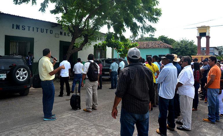 Titulación de tierras, exigen campesinos frente al INA en Choluteca