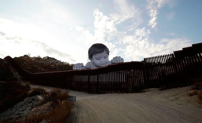 Un bebé gigante intenta cruzar la frontera para protestar contra Trump, ¡y lo ha logrado!