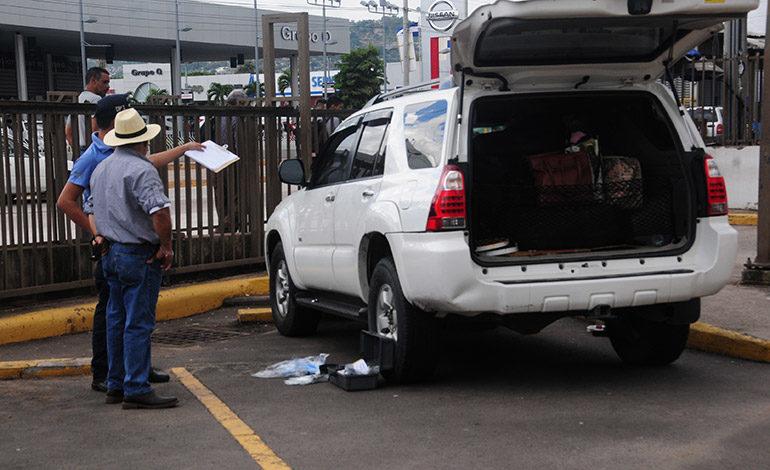Delincuentes se alzan con L170 mil de vehículo estacionado