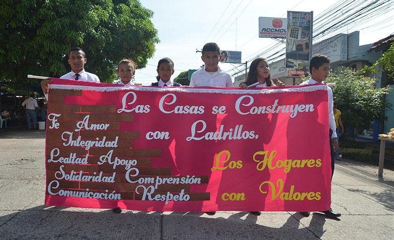 Los estudiantes exhortaron también al fortalecimiento de los valores familiares y el amor a la patria.