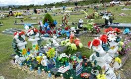 """En día de los Santos Inocentes, familias visitan las tumbas de sus """"angelitos"""""""