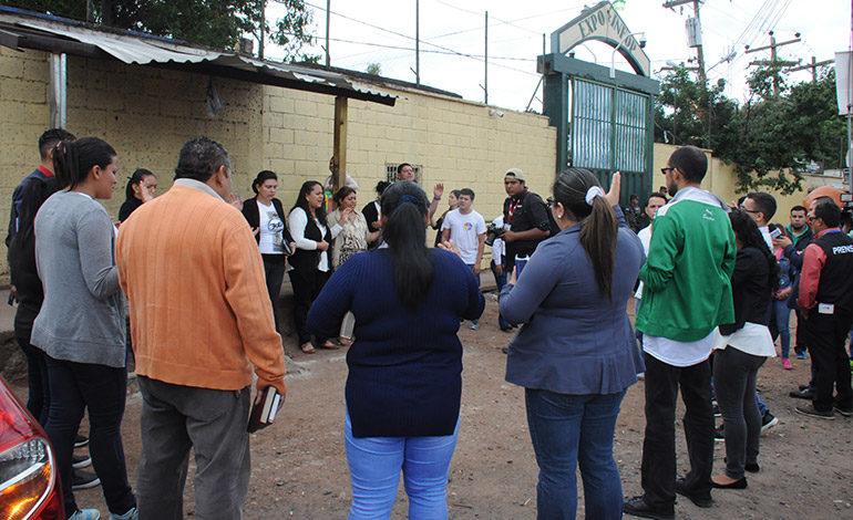 Un grupo de jóvenes oran por la paz en bodegas del TSE
