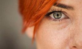 ¿Qué son esas partículas que flotan al costado de los ojos?