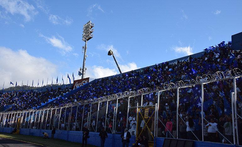 """Las estrellas """"solitarias"""" brillaron en el estadio Nacional """"Tiburcio Carías Andino"""", durante la toma de posesión del Presidente Hernández."""