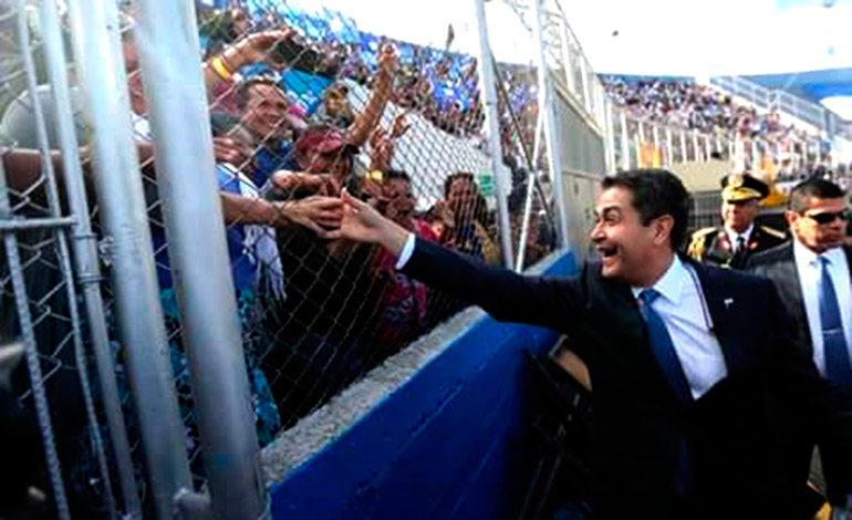Al ingresar al coloso capitalino, el Presidente Juan Orlando Hernández se acercó a las graderías para saludar a la gente.