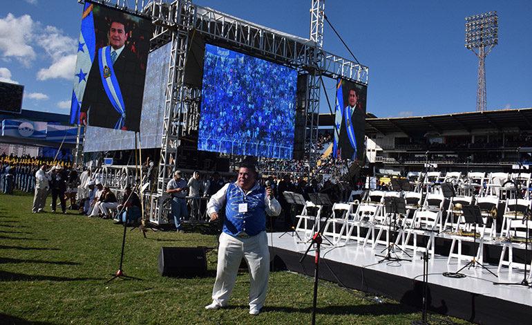 """El Juan Gabriel hondureño puso a todos a menear las caderas con melodías como """"El Noa Noa"""", entre otras de la desaparecida """"estrella"""" mexicana."""