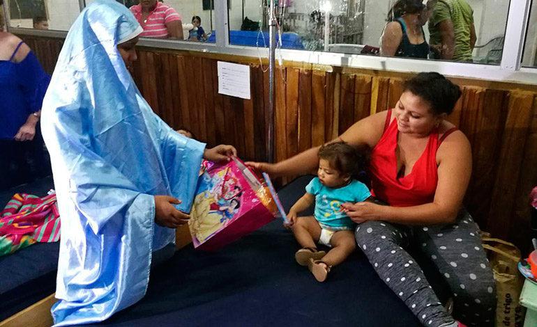 Juguetes y peluches reciben niños en el Hospital del Sur