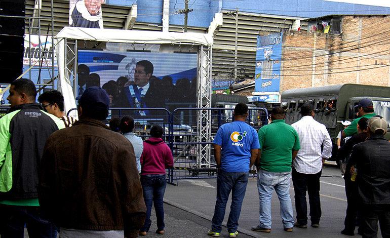 Algunos peatones prefirieron observar la ceremonia de traspaso de mando en pantallas colocadas afuera del estadio.