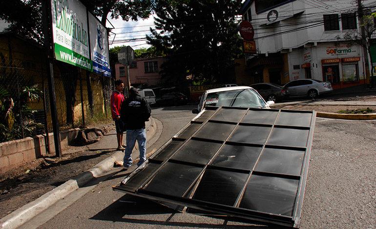 Vendaval derriba rótulo sobre taxi con pasajeros