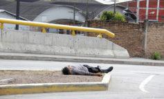 Adulto mayor expone su vida en la calle
