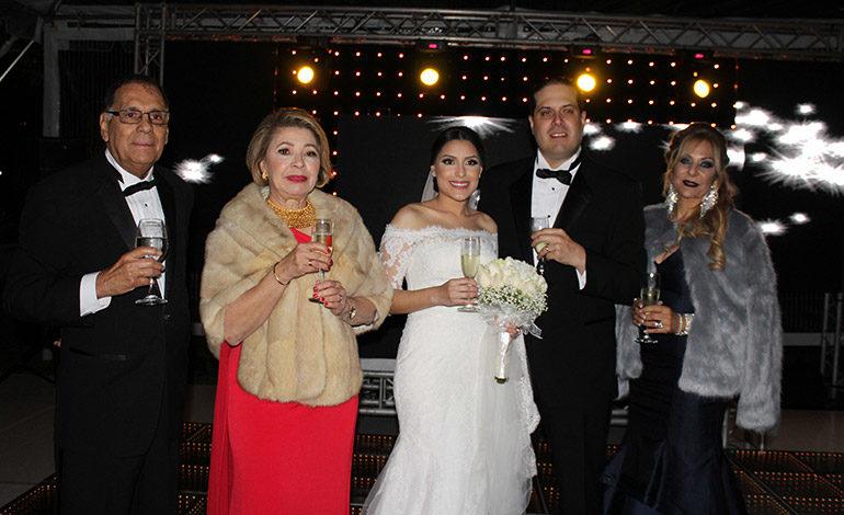 Los recién casados  junto a sus padres José Roberto Molina, María Elena de Molina y Janeth Simón.