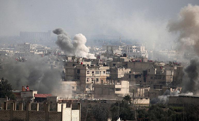 Cien civiles muertos en un día en bombardeos contra bastión rebelde en Siria