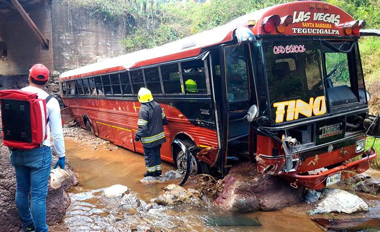 """""""Chofer"""" muerto y 30 heridos al caer autobús de un puente"""