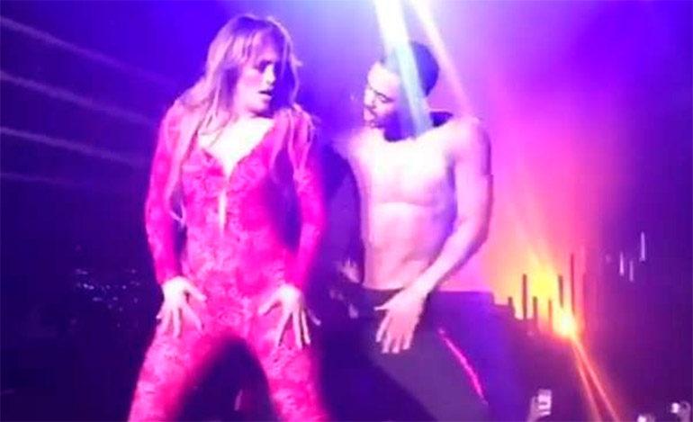 Jennifer López se deja tocar toda en escenario (Video)