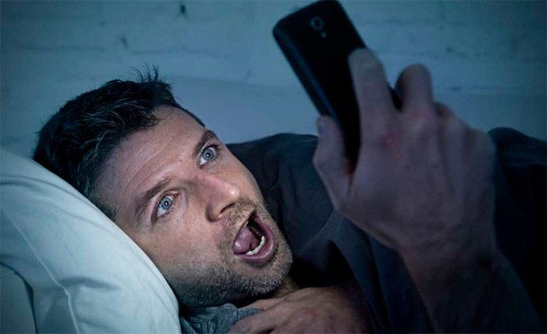 Por esta razón, jamás debes mirar porno en tu celular