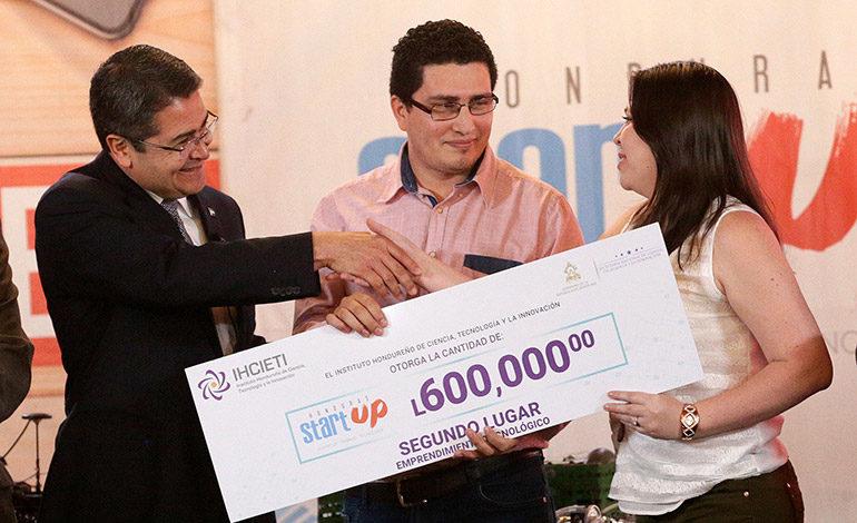 Jóvenes ganadores reciben financiamiento para proyectos