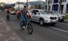Carlos Vives se pasea en bicicleta en San Pedro Sula