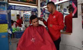 Con una mano papá barbero da ejemplo de trabajo y amor