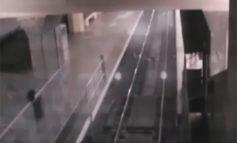"""Escalofriantes imágenes de un """"tren fantasma"""" que 'recoge pasajeros' en una estación"""