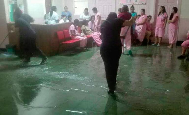 En el Hospital Mario Mendoza tuvieron que evacuar a unos pacientes internos, porque algunas salas se llenaron de agua.