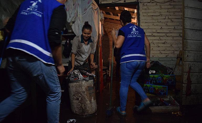 Miembros de la alcaldía ayudaron a remover el lodo en el interior de unas viviendas de la quebrada Los Jucos.