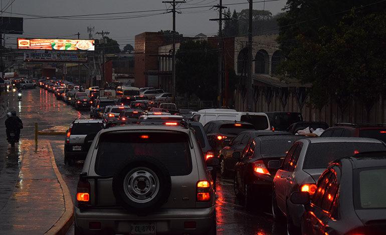 """Luego de las lluvias, los conductores vivieron un tráfico vehicular """"infernal""""."""