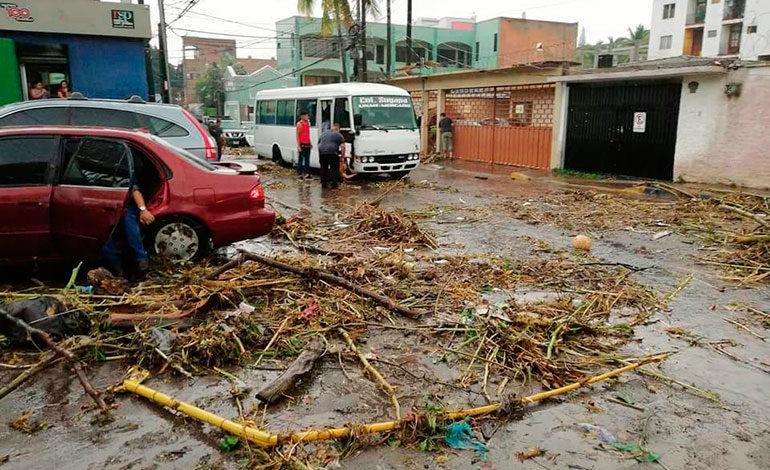 Las crecientes dejaron gran cantidad de basura regada en algunos barrios de la capital.