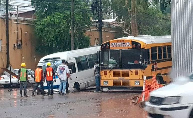 La calle de la avenida La Paz presentó un hundimiento y varios buses cayeron.