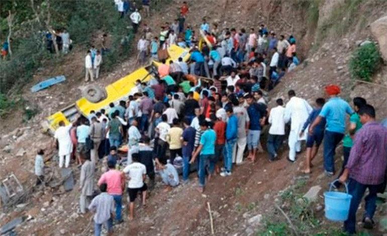 27 niños mueren al accidentarse autobús en la India