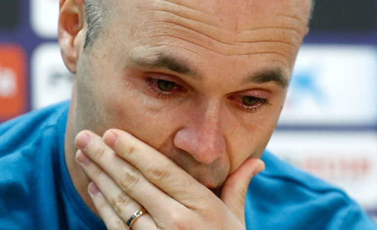 Iniesta llora en su despedida del Barcelona