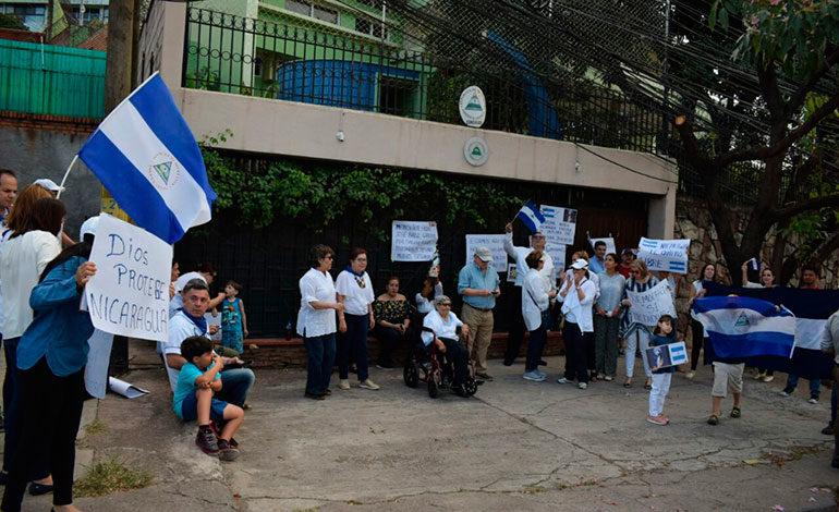 Nicaragüenses residentes en Honduras protestan frente a embajada