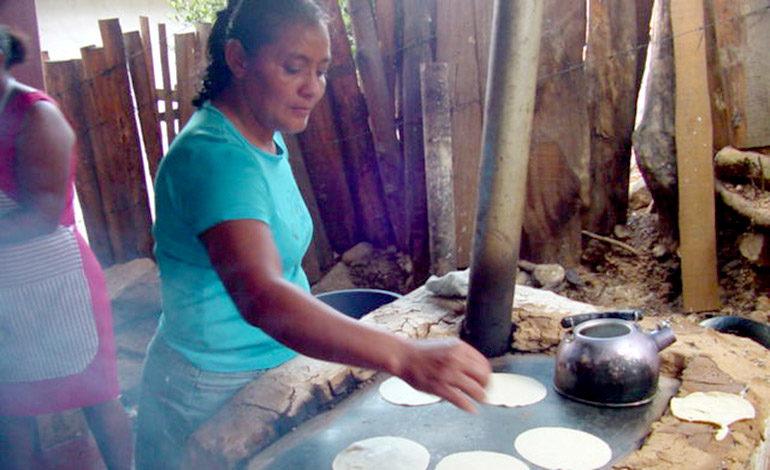 Las tortilleras de antaño ahora les toca competir con las máquinas.