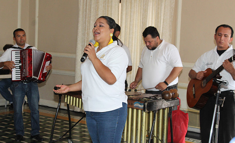 Kimberly Ramos canto con la marimba del Cuadro Nacional de Danzas folclóricas.