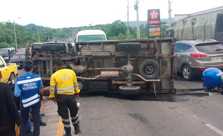 Camión por poco provoca tragedia