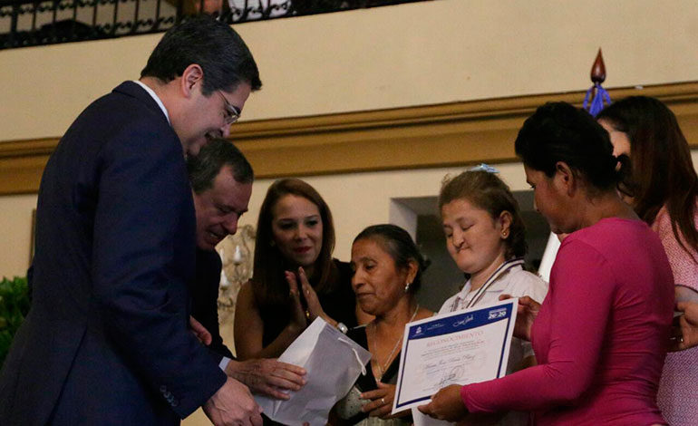 Presidente Hernández premia a 20 estudiantes por excelencia académica