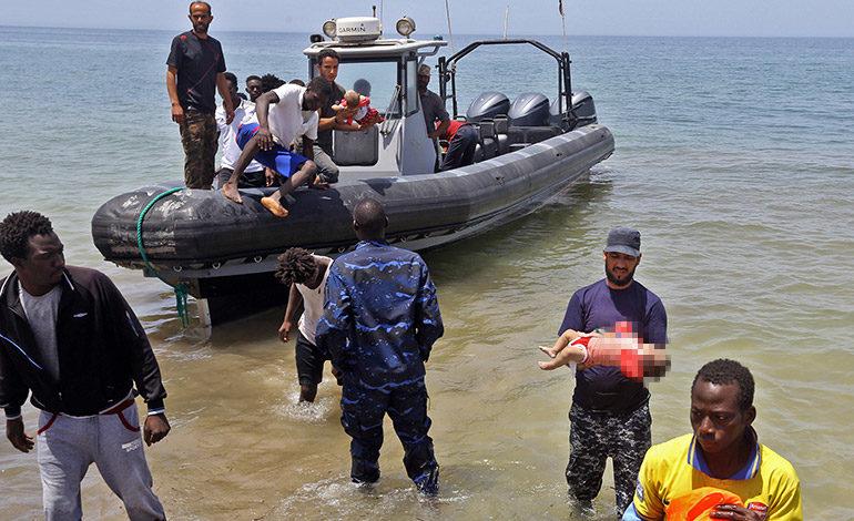 Tres bebés muertos y unos 100 desaparecidos en naufragio en Libia