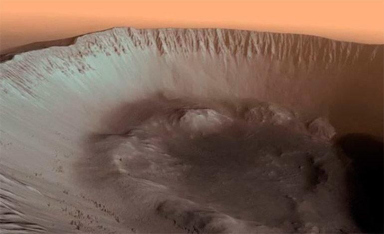 El interior de un cráter y agujero en una llanura, nuevas imágenes de Marte