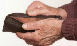 Hombre robó los ahorros de su abuelo para pagarle un aumento de senos a su novia