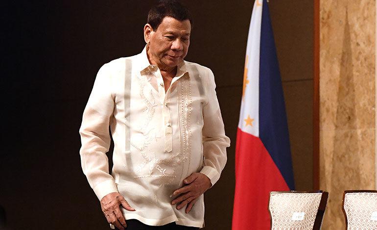 Duterte dice que dimitirá si surgen grandes protestas de mujeres en su contra