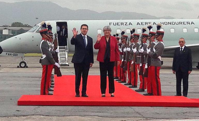 Presidente Hernández llega a Guatemala para reunión con Mike Pence