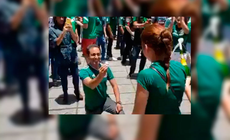 Mexicano pide matrimonio a su novia en los festejos de la selección