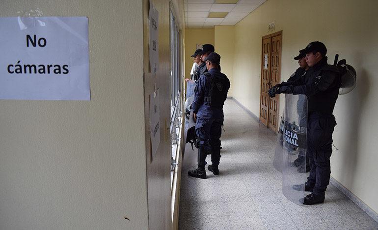 Con restricciones a la prensa y con fuertes medidas de seguridad alrededor de la sala II.