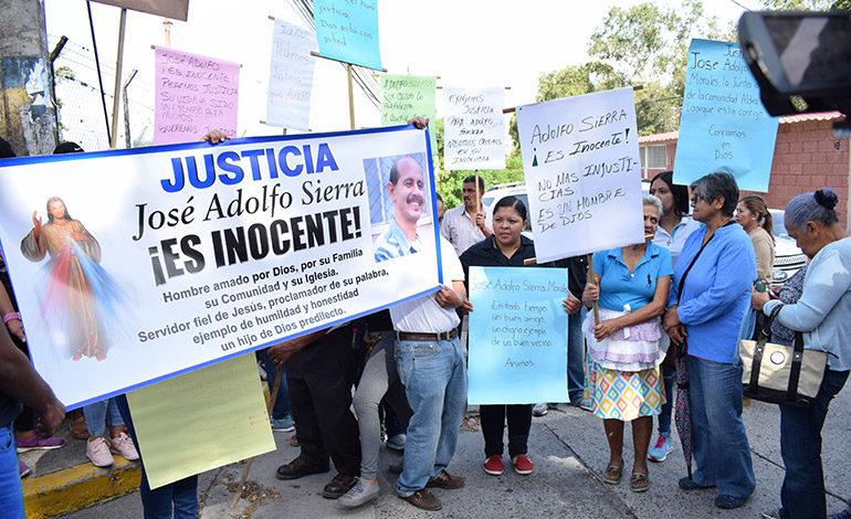Amistades y seguidores políticos acompañaron a Elvin Santos, Ramón Lara y José Sierra, se apostaron con pancartas y fotografías, los consideran inocentes.