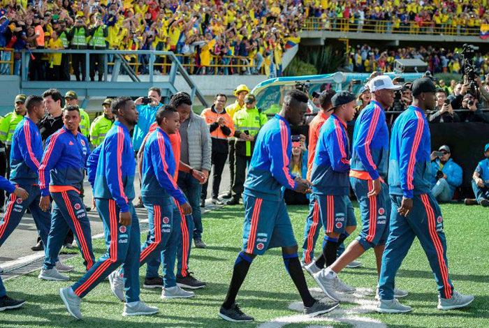 Colombianos se vuelcan a las calles de Bogotá para aclamar a la selección