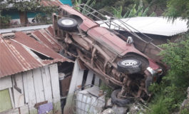 Un vehículo cae sobre techo de una casa en Los Pinos